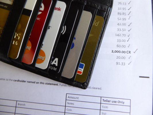 karta walutowa z banku czy fintech